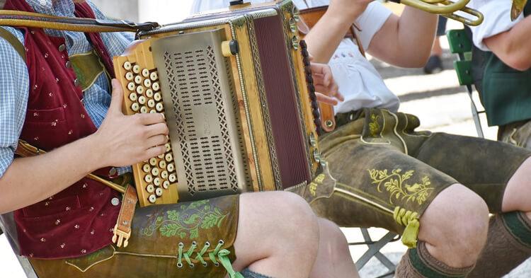 Tradicionalna bavarska nošnja i harmonike
