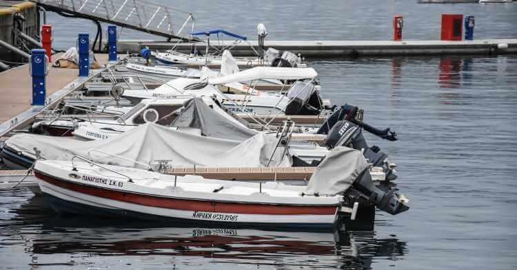 Beli brodovi u luci u gradu Kavala