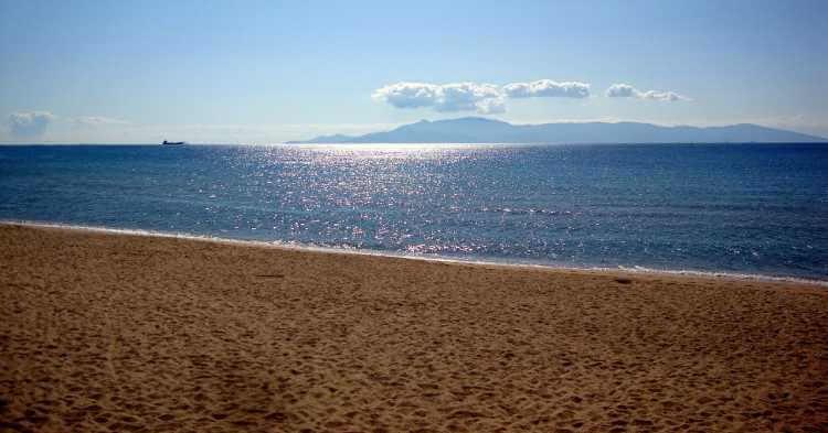 Pogled na more i plažu u Kavali