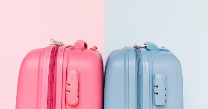 Roze i plavi plastični kofer