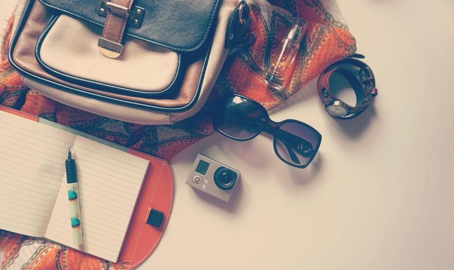 Ranac, naočare i fotoaparat