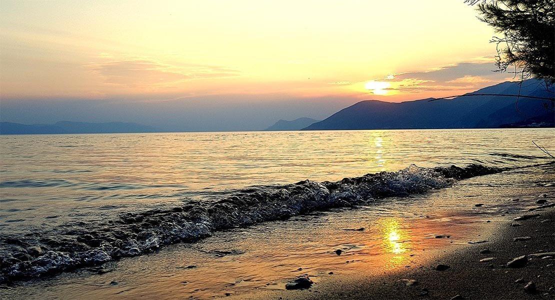 Zalazak Sunca na plazi u Evii