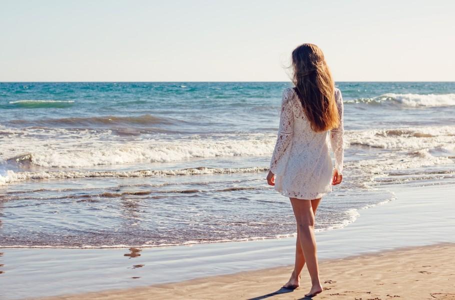 Devojka u letnjoj haljini na plaži