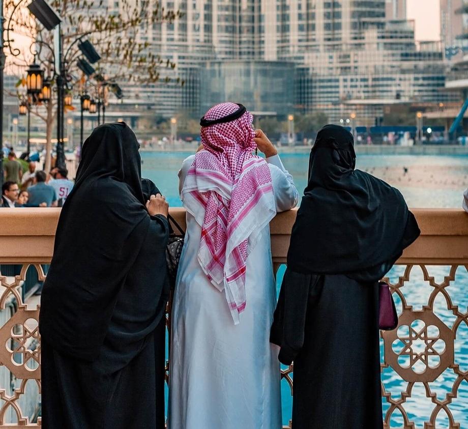 Muškarac i dve žene u Dubaiju