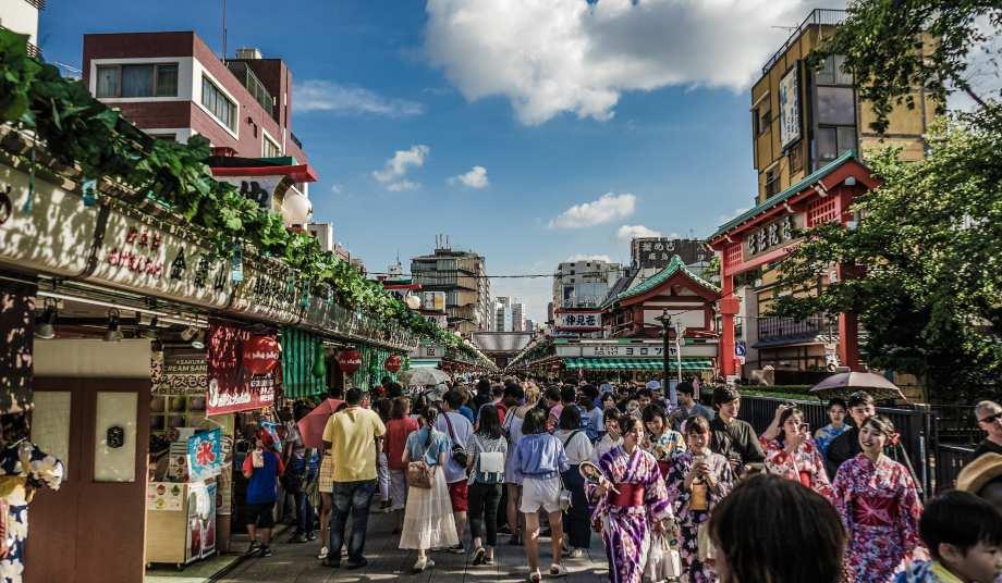 Turisti u Japanu šetaju ulicom