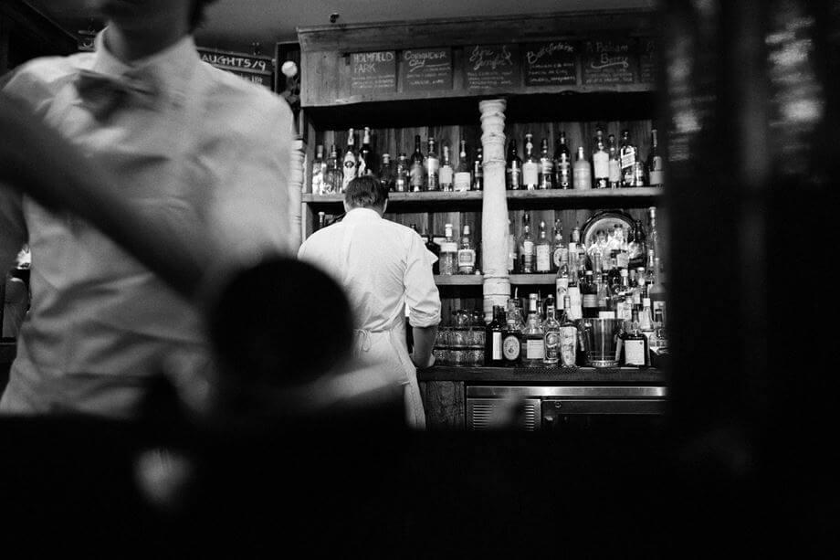 Konobar i barmen u kafiću