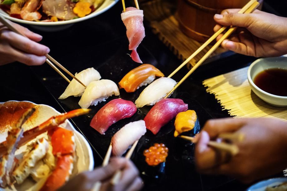 Turisti u Japanu jedu suši