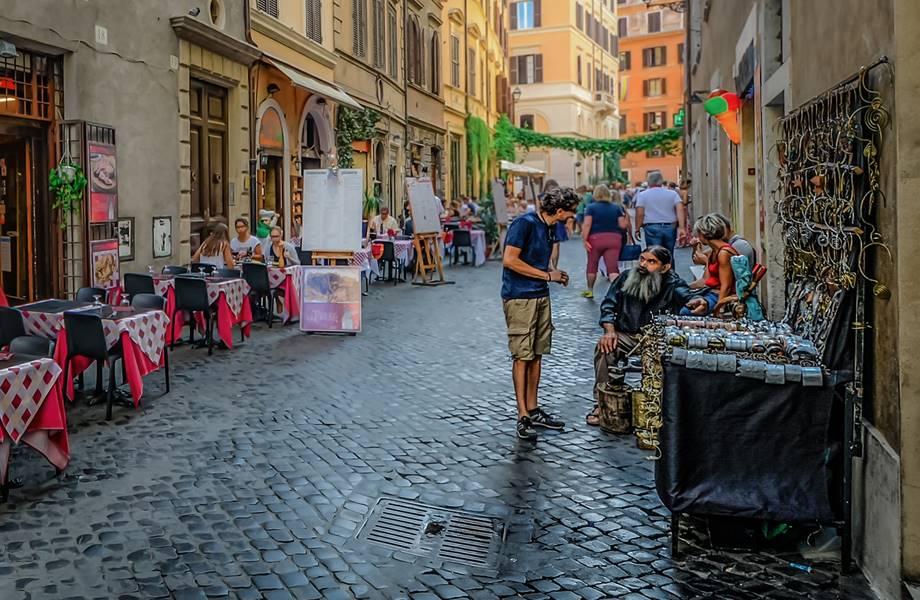 Turista kupuje od uličnog prodavca