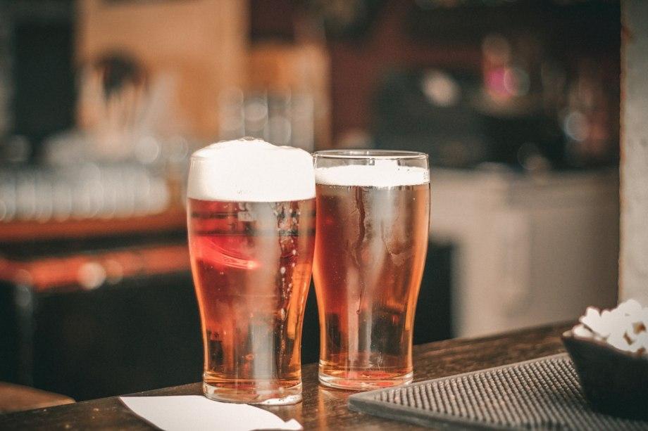 Dve čaše piva na šanku