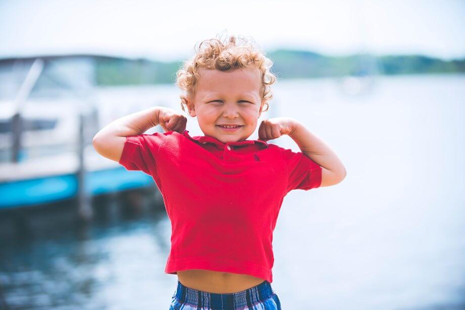 Mali dečak kovrdžave kose u crvenoj majici