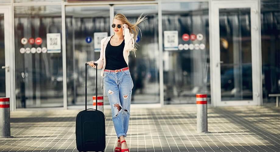 devojka na aerodromu trazi parking