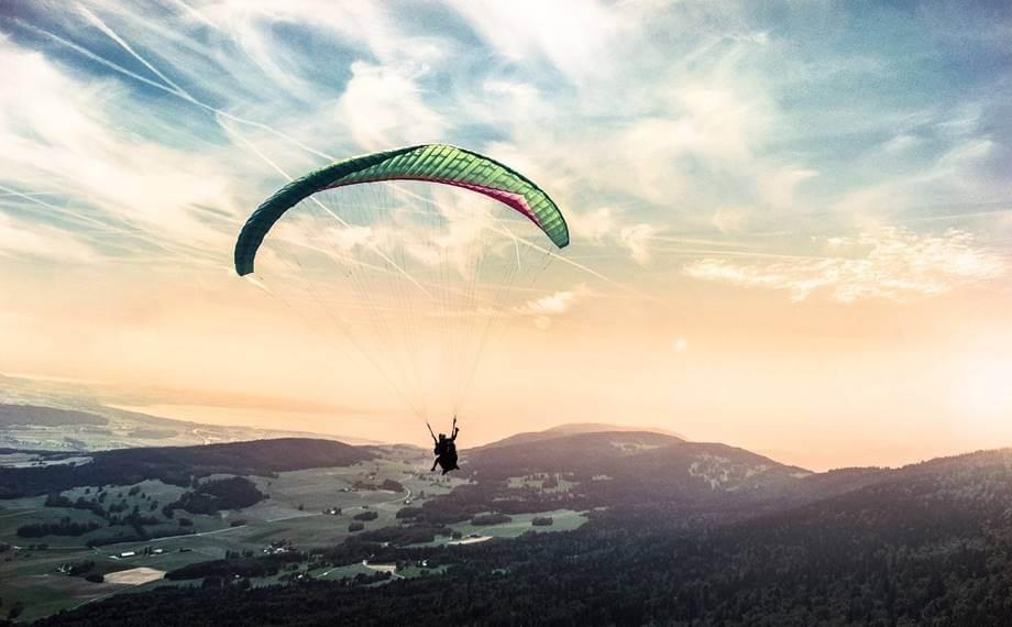 Čovek na paraglajdingu iznad planina