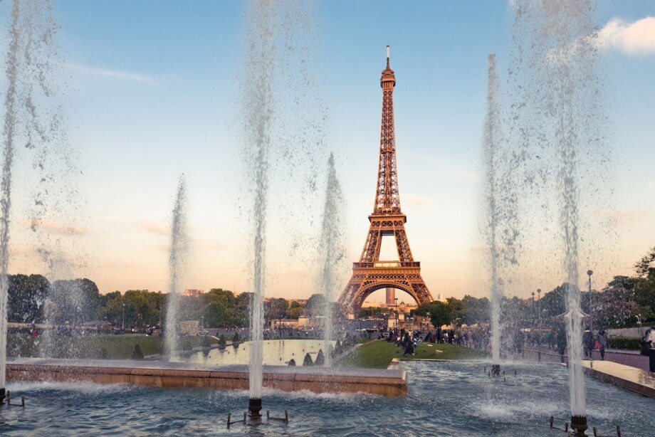 Fontana i Ajfelov toranj u Parizu