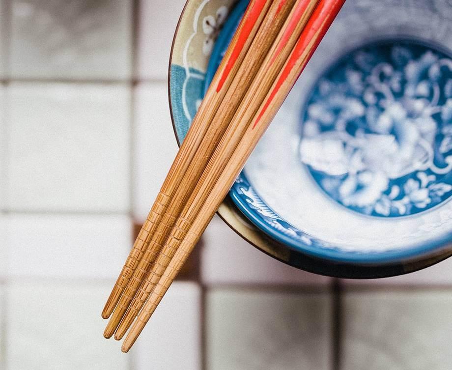 Kineski štapići u činiji od kineskog porcelana