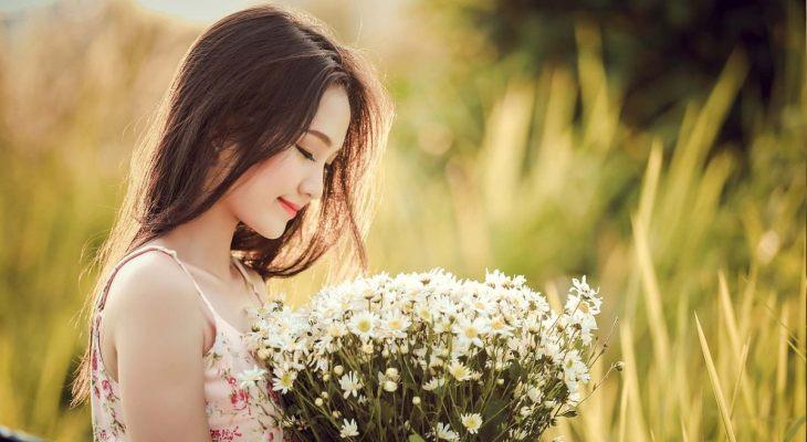 Korejka drži buket cveća