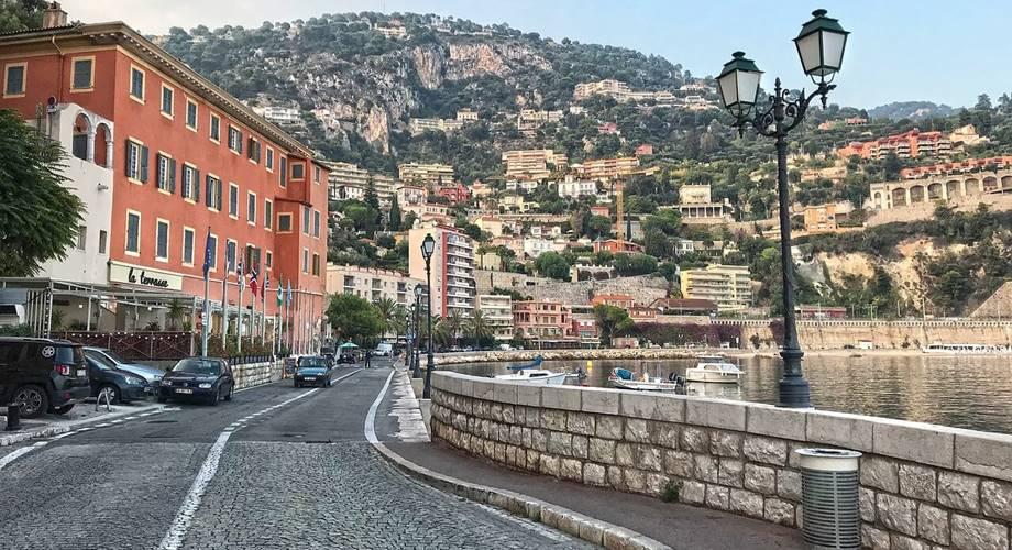 Ulica u Sen Tropeu - panorama grada