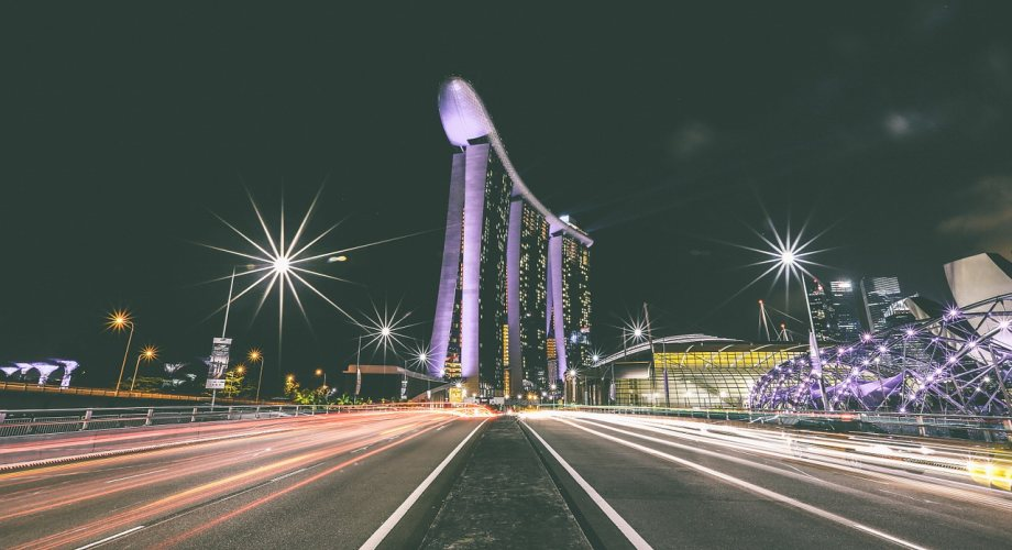 Prazna ulica u Singapuru u sred noći