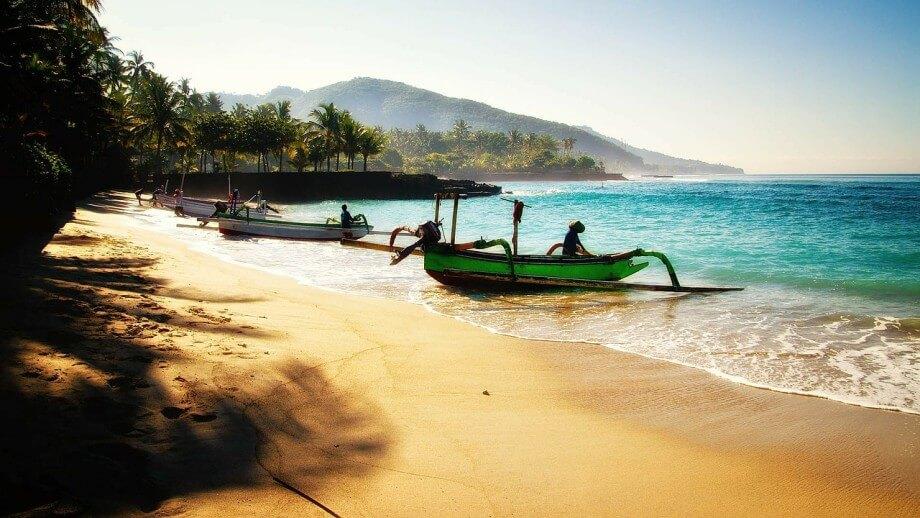 Čamci na plaži u Baliju