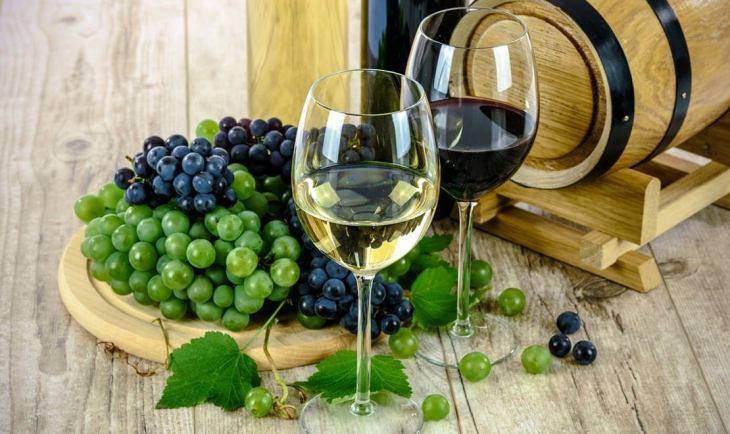 Vino i grožđe pored bureta