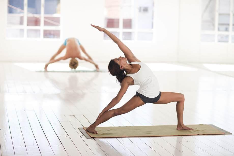Devojka radi jogu u studiju