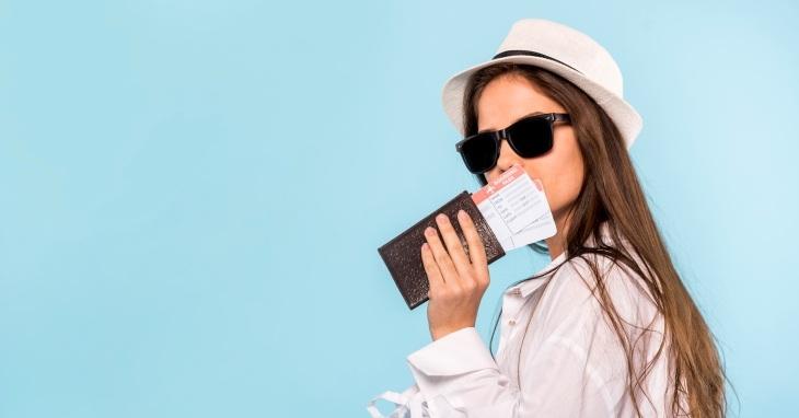 Devojka drži svoj pasoš u ruci