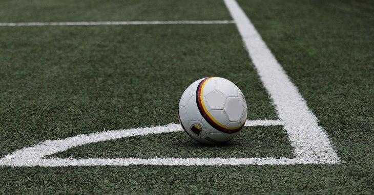 Fudbalska lopta na terenu