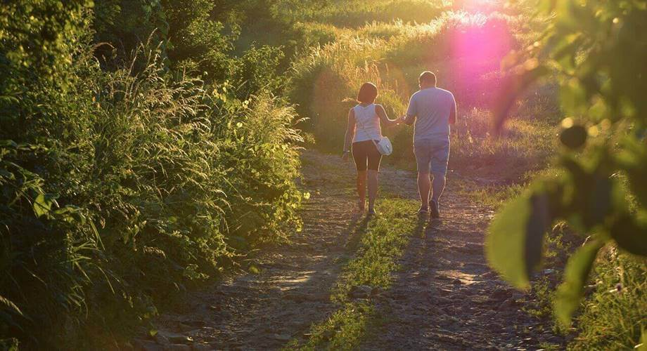 Muškarać i žena šetaju kroz prirodu