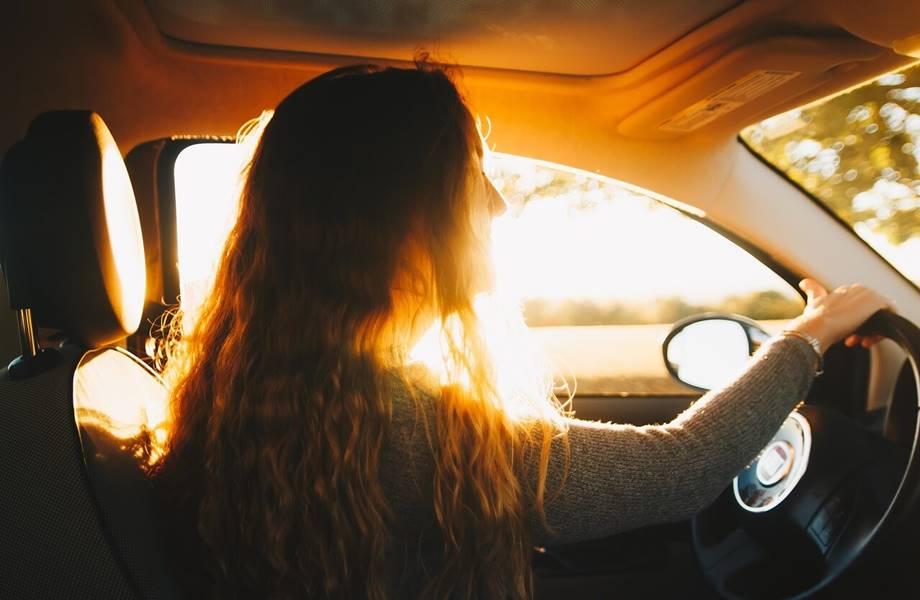Devojka koja vozi automobil