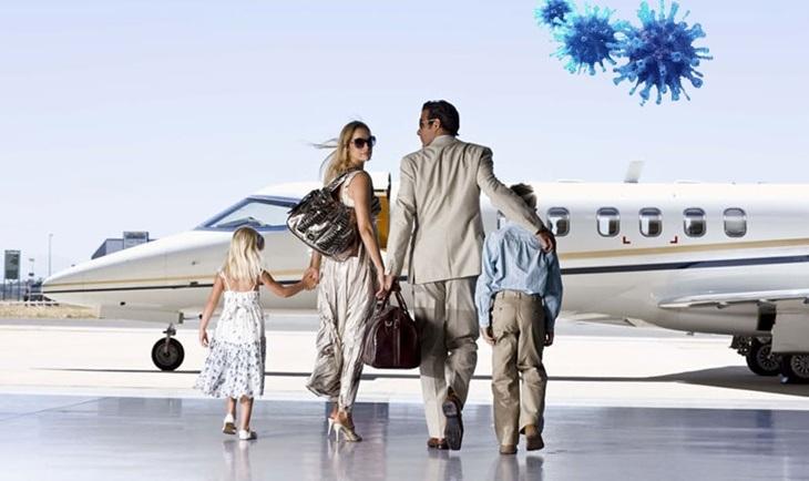 Suprug i supruga sa decom ulaze u putnički avion