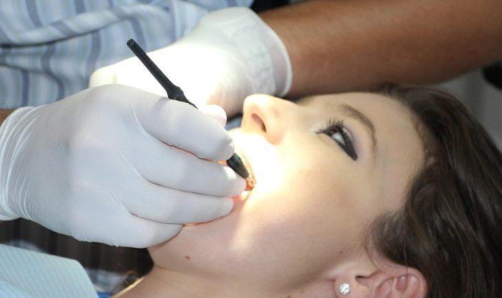 Devojka na pregledu kod zubara