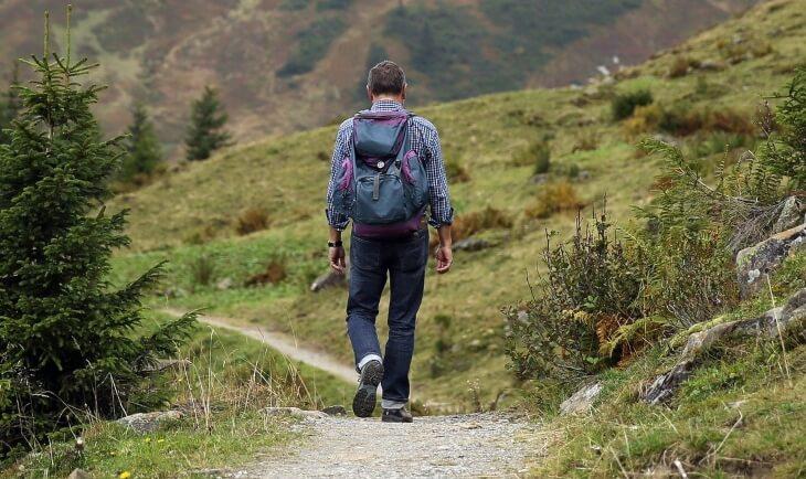 Čove sa rancem šeta u prirodi