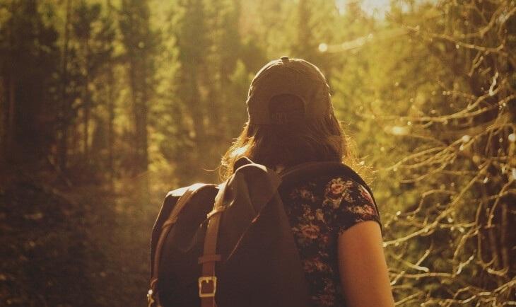 Devojka sa rancem planinari