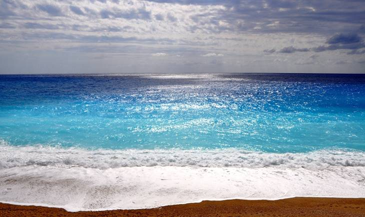 Pogleda na more sa peščane plaže u Grčkoj
