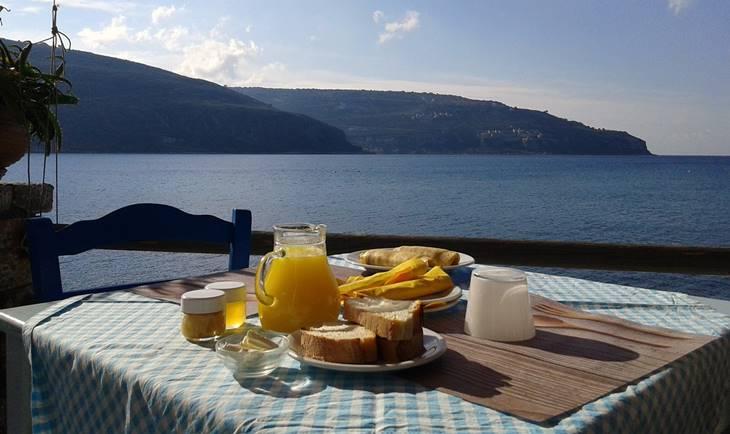 Postavljen doručak na stolu, sa pogledom na more