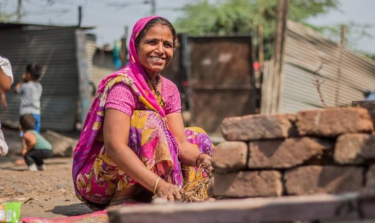 Žena sedi na ulici u Indiji