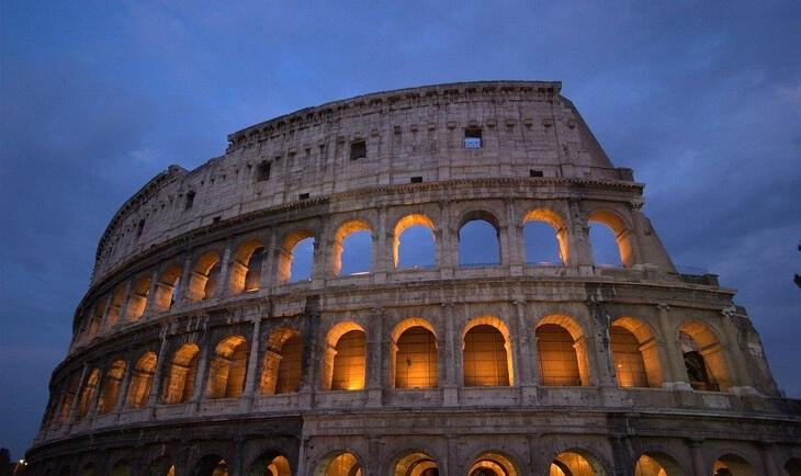 Noćna fotografija spoljašnjosti ruševina koloseuma u Rimu