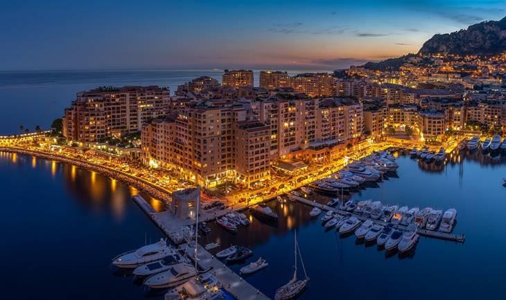 Fotografija iz vazduha luke u Monaku noću