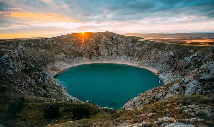 Jezero u krateru vulkana zelene boje