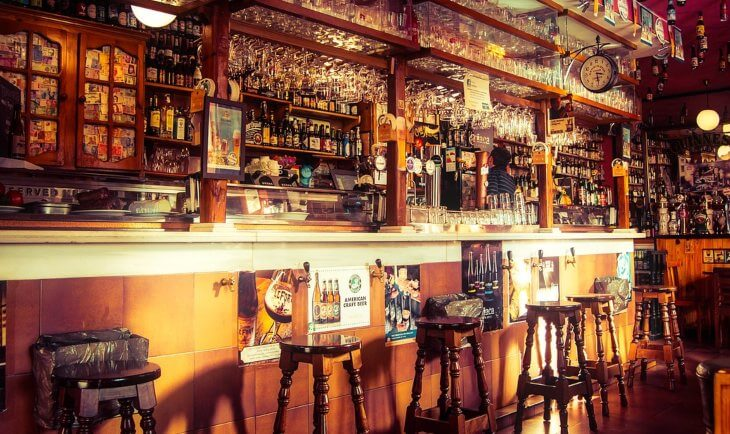 Šank pun pića u baru