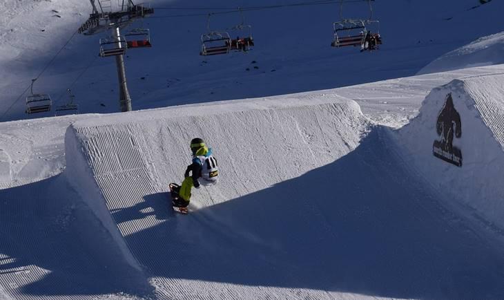 Voženje snow boarda po snegu na planini