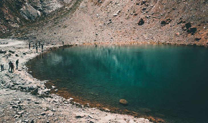 Jezero u krateru tirkizno zelene boje