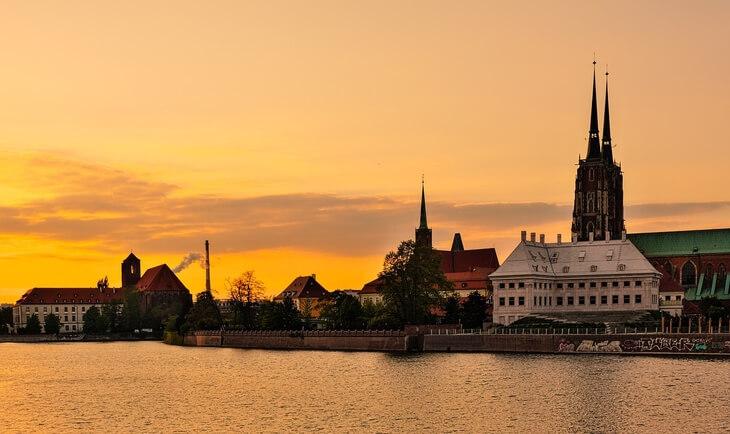 Pogled na grad Vroclav sa reke pri zalasku sunca