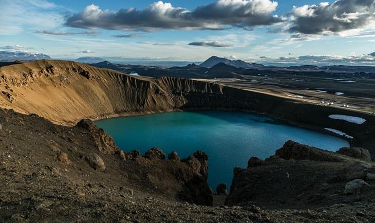 Forografija vulkanskog jezera u vreme zalaska sunca