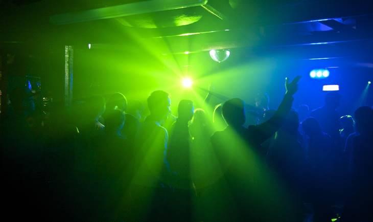 Zeleno plavo svetlo u noćnom klubu