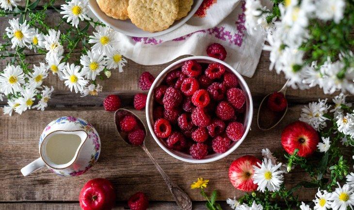 Malice i cveće na stolu