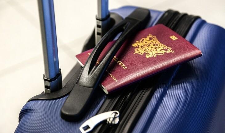 pasoš na putnom koferu