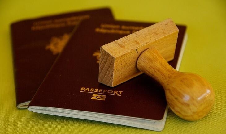 pasoši i pečat na stolu