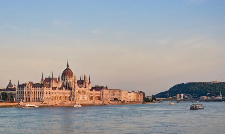 pogled s reke na zgradu madjarskog parlamenta
