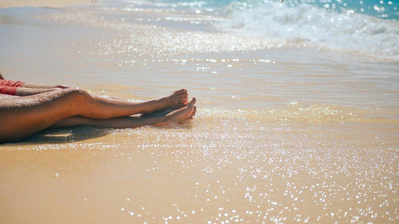 Devojka leži na pesku