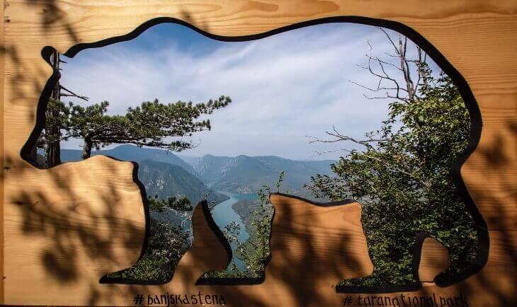 Pogled kroz drvenu siluetu medveda na vidikovcu Banjska stena